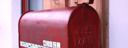 Des autocollants sur la boite aux lettres / © pumpipumpe