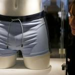 Le maillot de bain de James Bond vendu à 55.000 euros / Stefan Wermuth - Reuters