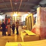 Les ouvriers de la société Escaffre réalisant les planchers en bois des 13 modules pour la créche de la Rose des vents à Gaillac / © Ted