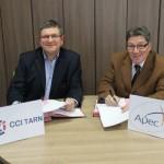 Signature de la convention de partenariat entre la CCI du Tarn et l'APEC, vendredi 1er février 2013 - De gauche à droite, Michel Bossi, Président de la CCI Tarn et Christian Bacou, Président du Comité Paritaire Régional de l'Apec Midi-Pyrénées / © CCI du Tarn