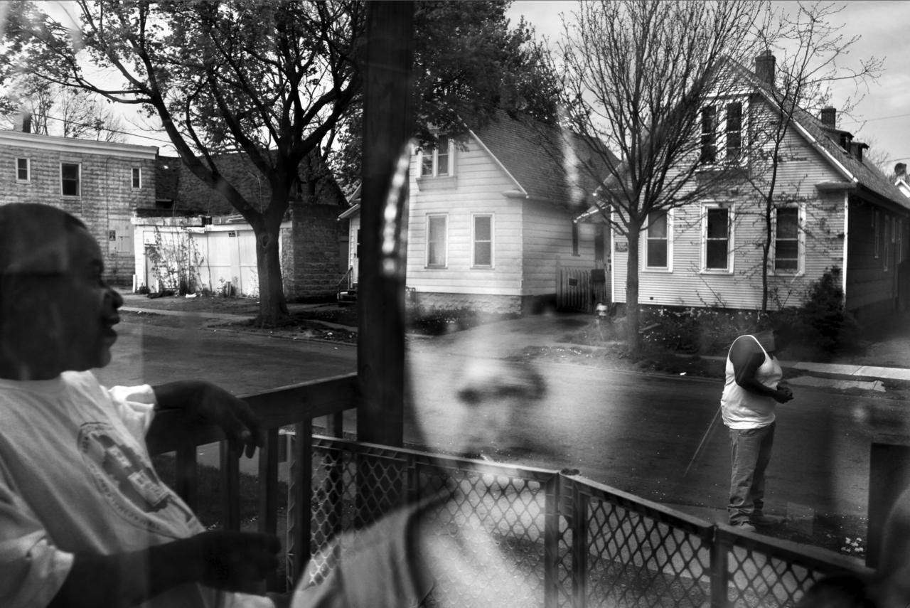Une famille dans le quartier de Crescent à Rochester. Rochester, état de New York. États-Unis, 2012 / © Paolo Pellegrin - Magnum Photos - Postcards from America