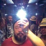 Ai Weiwei dans l'ascenseur alors qu'il est emmené en garde à vue par la police, août 2009, Sichuan, Chine / © Ai Weiwei