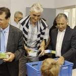 Thierry Carcenac, Jean-Louis Fournier et Guy Malaterre à la distribution des dictionnaires / © CG81