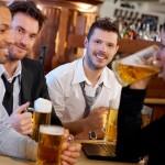 Positivons ! Aller au bar entre amis booste la santé mentale des hommes / © nyul - Fotolia