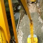 RD 54, Mise en place des clous dans les forages, à l'aide de la nacelle, avant injection/ © CG81