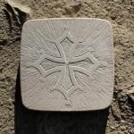 Stage de gravure sur pierre : Croix-occitane (c) L'Art et la Matière