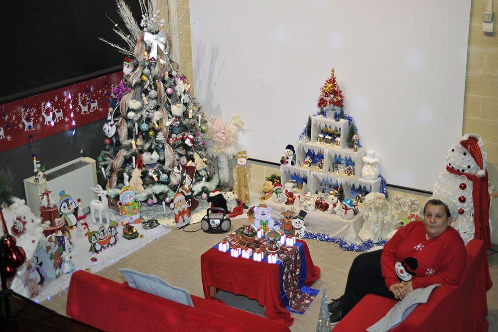 Sandrine Lemoine, des décorations de Noël pour la médiathèque / © Ville d'Aussillon